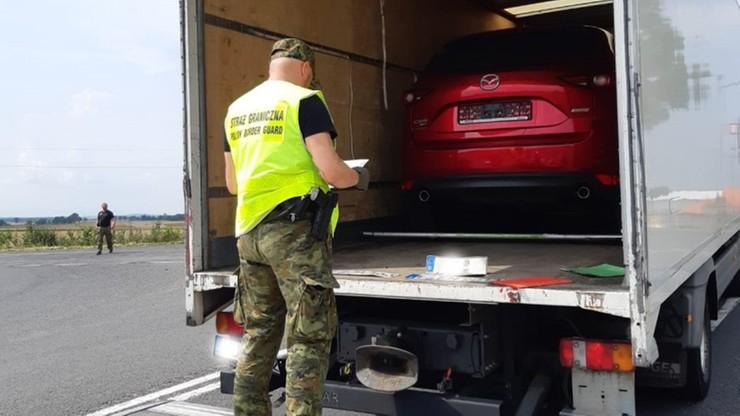 Kradziony samochód w... kradzionej ciężarówce. Kierowca próbował uciekać