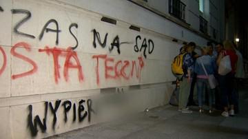 """""""Czas na sąd ostateczny"""". Protestujący wykonali napis na budynku parlamentu"""
