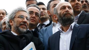 """""""Parodia sprawiedliwości"""". Ruszył proces dziennikarzy, którzy ujawnili, że Turcja wysyłała broń do Syrii"""