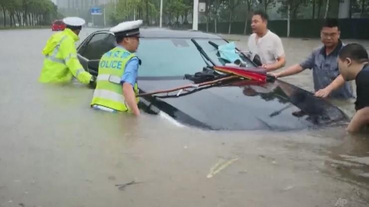 Powodzie w Chinach. Pasażerowie uwięzieni w metrze