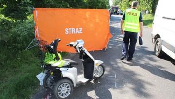 80-latek na elektrycznym wózku inwalidzkim z bocznej drogi wjechał wprost pod busa
