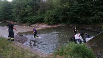 Samochód terenowy wpadł do rzeki. Kierowca uciekł