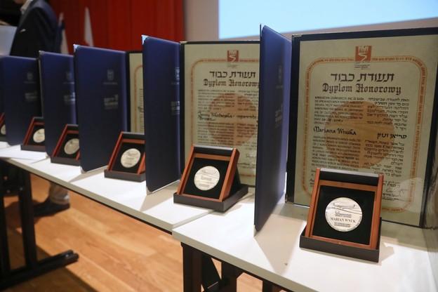 Odznaczenia zaprezentowane podczas ceremonii wręczenia medali i dyplomów Sprawiedliwi Wśród Narodów Świata rodzinom kilkunastu polskich bohaterów w Muzeum Historii Żydów Polskich POLIN w Warszawie.