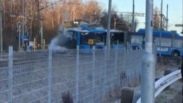 Pociąg z pasażerami uderzył w autobus. Kierowca uciekł w ostatniej chwili [WIDEO]