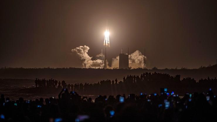 Chiny wysłały statek kosmiczny na Księżyc. Przywiezie próbki skał