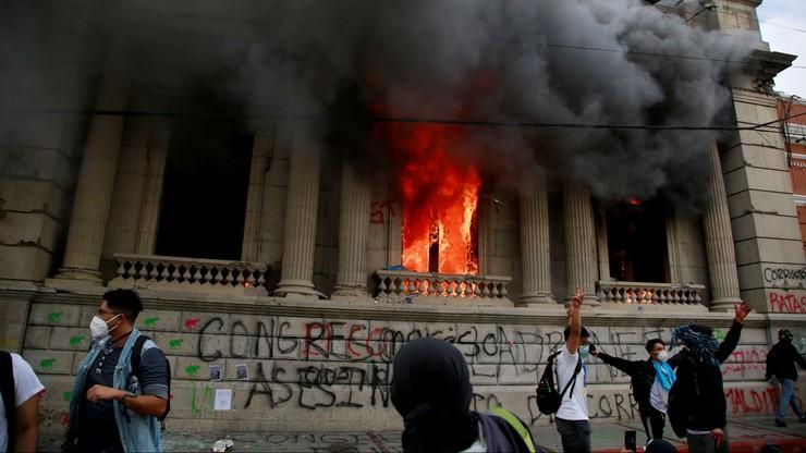 Protest w Gwatemali ws. budżetu. Demonstrujący podpalili parlament