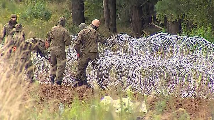 13. dzień imigranci koczują przy polskiej granicy. Trwa konstruowanie zasieków