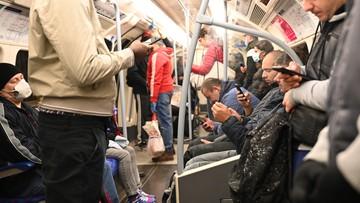 Tłok w komunikacji publicznej. Luzowanie obostrzeń w Londynie