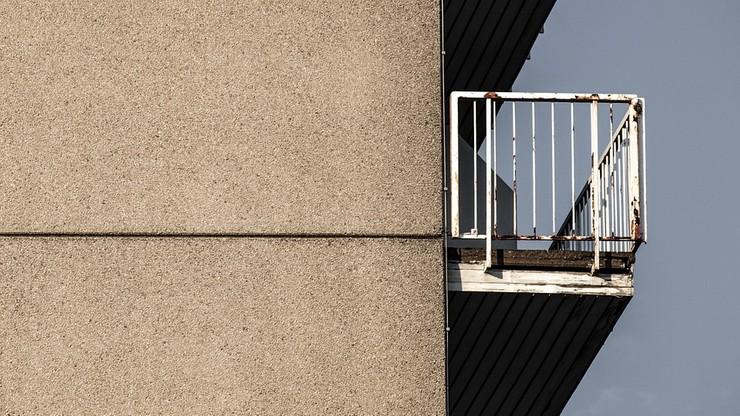 Strażacy pomogli głuchoniemej kobiecie zatrzaśniętej na balkonie