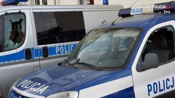 24-latek zniszczył dwa radiowozy pod komisariatem, bo chciał iść do więzienia