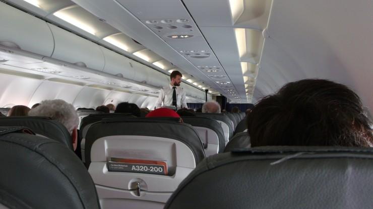 Stewardessa tłumaczy, po co wita pasażerów na pokładzie. Nie chodzi o gościnność