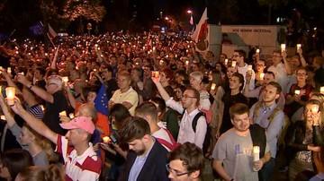 """""""Morze"""" zniczy przed Sejmem. Manifestacja przeciw reformie sądownictwa"""