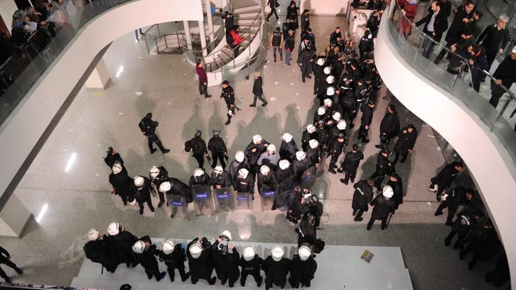 Turecka policja weszła do redakcji gazety wroga Erdogana. Wybuchły zamieszki