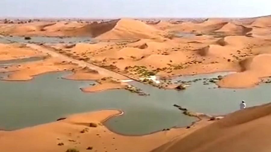 Jezioro na arabskiej pustyni po cyklonie Shaheen. Fot. Twitter.