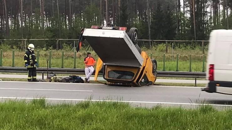 Kierowca dostawczaka zasnął jadąc autostradą. Samochód dachował