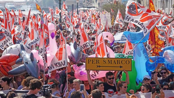 """""""Wyrzucić statki z laguny"""". Manifestacja przeciwników """"morskich drapaczy chmur"""" w Wenecji"""